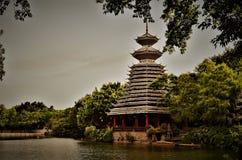 Pagoda traditionnelle par un lac Photos libres de droits