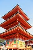 Pagoda tres capas de tejado en el templo de Kiyomizu Es un templo budista en Kyoto del este fotografía de archivo