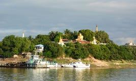 Pagoda vicino al fiume di Irrawaddy Sagaing myanmar immagine stock