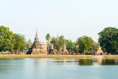 Pagoda vieja con el lago en el templo Foto de archivo libre de regalías