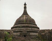 Pagoda w antycznej ruiny świątyni w Mrauk-U mieście Obrazy Royalty Free