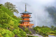 Pagoda y caídas fotografía de archivo