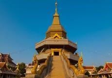 Pagoda y cielo azul Imagenes de archivo