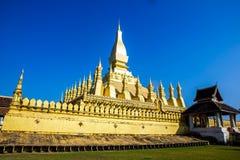 Pagoda y cielo azul en Laos, fondo de la textura fotografía de archivo libre de regalías