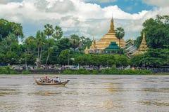 Pagoda y el barco foto de archivo libre de regalías