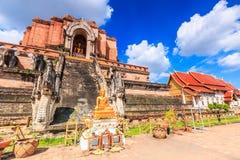 Pagoda y estatua antiguas de Buda en el templo de Wat Chedi Luang en Chiang Mai, Tailandia Foto de archivo libre de regalías