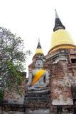 Pagoda y estatuas de Buda en Wat Yai Chaimongkol famoso y los destinos turísticos populares Ayutthaya fotos de archivo