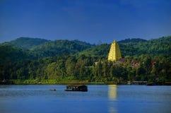 Pagoda y lago Imagen de archivo libre de regalías
