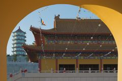 Pagoda y templo budistas en el arco de la puerta Imagen de archivo