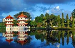 Pagodas al lado de un lago Fotos de archivo