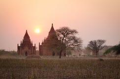 Pagodas antiques dans Bagan à l'ensemble du soleil Images libres de droits