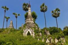Pagodas budistas salvajes demasiado grandes para su edad viejas cerca de Mandalay Foto de archivo