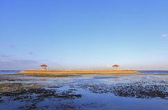 Pagodas de Balinese sur la plage de Karang chez Sanur photos libres de droits