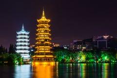 Pagodas de Sun y de la luna y lago dobles gemelos Shanhu en Guilin Fotos de archivo libres de regalías