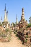 Pagodas de Thein d'auberge de Shwe de village d'Indein dans le lac Inle photos libres de droits