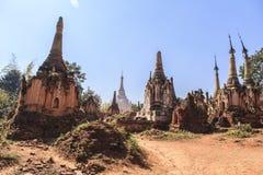 Pagodas de Thein d'auberge de Shwe de village d'Indein dans le lac Inle images libres de droits