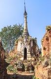 Pagodas de Thein d'auberge de Shwe de village d'Indein dans le lac Inle photos stock
