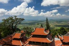 Pagodas en la montaña de TaCu, Vietnam, visión pintoresca abajo del valle Fotos de archivo libres de regalías