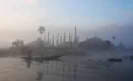 Pagodas et monastère de Shan au lac Inle, Myanmar photographie stock libre de droits