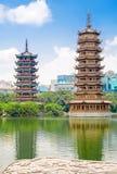 Pagodas jumelles de The Sun et de lune au lac fir de lac Shanhu dans le centre ville de Guilin en Chine photographie stock