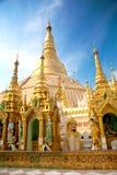 Pagodas más pequeñas que cercan Shwedagon principal, Myanmar Fotos de archivo libres de regalías