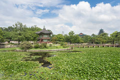 Pagodas, puente y árboles en el palacio de Gyeongbokgung Fotografía de archivo