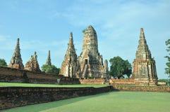 Pagode alinhado no templo de Wat Chaiwattanaram Fotografia de Stock