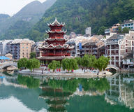Pagode antigo na cidade antiga de Zhenyuan no rio de Wuyang em Guizh Foto de Stock Royalty Free