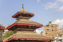 Pagode asiático antigo do templo contra casas urbanas e o céu azul imagens de stock