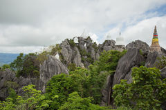 Pagode branco na parte superior da montanha da rocha Fotografia de Stock Royalty Free