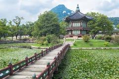 Pagode, brug en bomen bij Gyeongbokgung-Paleis stock foto's