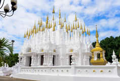 Pagode buddisti del tempio di Phong Sunan in Tailandia fotografia stock