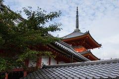 Pagode contra o céu azul em Kyoto fotos de stock