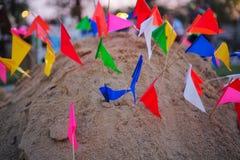 Pagode da areia decorado por bandeiras coloridas Fotos de Stock Royalty Free