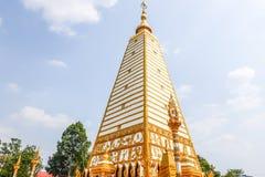 pagode da forma 4-sided: paisagem da arquitetura do pagode branco e do ouro no wat Phrathat Nong Bua em Ubon Ratchathani, Tailând fotos de stock royalty free