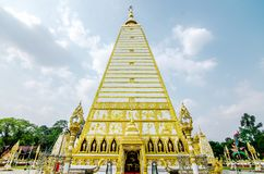 pagode da forma 4-sided: paisagem da arquitetura do pagode branco e do ouro no wat Phrathat Nong Bua na província de Ubon Ratchat imagem de stock