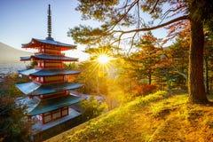 Pagode de Chureito com alargamento do sol, Fujiyoshida, Japão imagem de stock