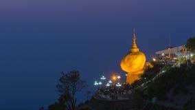 Pagode de Kyaikhteeyoe ou rocha dourada cedo na manhã, 1 de 5 lugares sagrados em Myanmar Fotografia de Stock