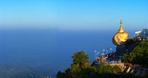 Pagode de Kyaiktiyo ou pagode dourado da rocha Fotografia de Stock Royalty Free