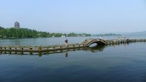 Pagode de Leifeng com a ponte de pedra no lago ocidental Fotos de Stock