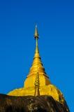 Pagode de Phadan na rocha mountian, dourada, Sakonnakorn Tailândia fotografia de stock