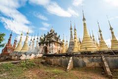 Pagode de Shweindein do lago Inle, Myanmar imagens de stock