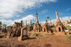 Pagode de Shweindein do lago Inle, Myanmar fotos de stock royalty free