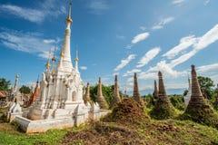 Pagode de Shweindein do lago Inle, Myanmar imagens de stock royalty free