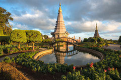 Pagode de Tailândia com a luz do por do sol foto de stock