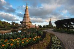 Pagode de Tailândia com a luz do por do sol imagens de stock royalty free