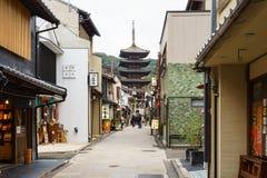 Pagode de Yasaka e rua na noite, Kyoto de Sannen Zaka, Japa Fotos de Stock
