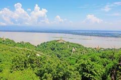 Pagode della collina di Sagaing e fiume di Irrawaddy, Sagaing, Myanmar fotografia stock libera da diritti