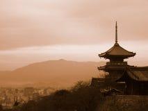 Pagode, die Kyoto Japan übersieht Stockfotos