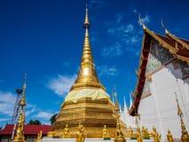 Pagode do ouro de Tailândia no templo Imagens de Stock Royalty Free